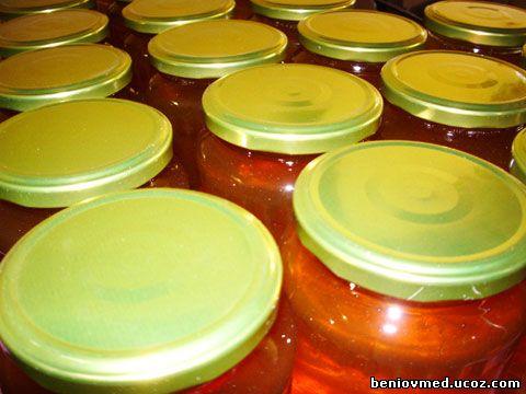 пчелен мед билков в стъклени буркани