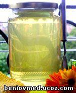 чист пчелен мед в стъклен буркан